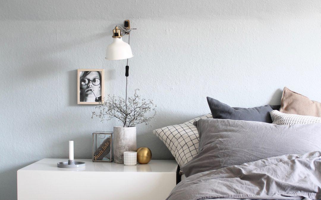 Eine Frau sieht Blau, das neu gestrichene Schlafzimmer mit Kolorat